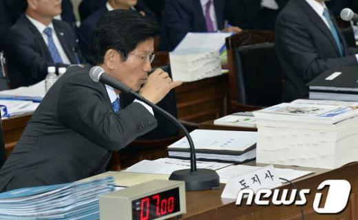 [사진][2013국감] '목타는 김문수 경기도지사'