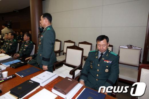 [사진][2013국감] 고개숙인 국군심리전단장