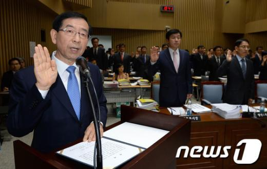 [사진][2013 국감] 선서하는 박원순 서울시장