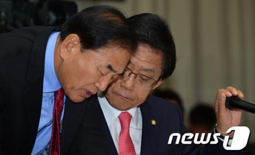 [사진][2013 국감] 이재오-김태환, 마이크 잡고 비밀대화(?)