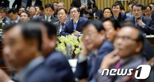 [사진][2013 국감] 여당의 공세, '박원순 시장의 고심'