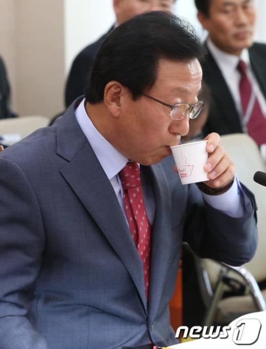 [사진][2013국감]물 마시는 민병희 교육감