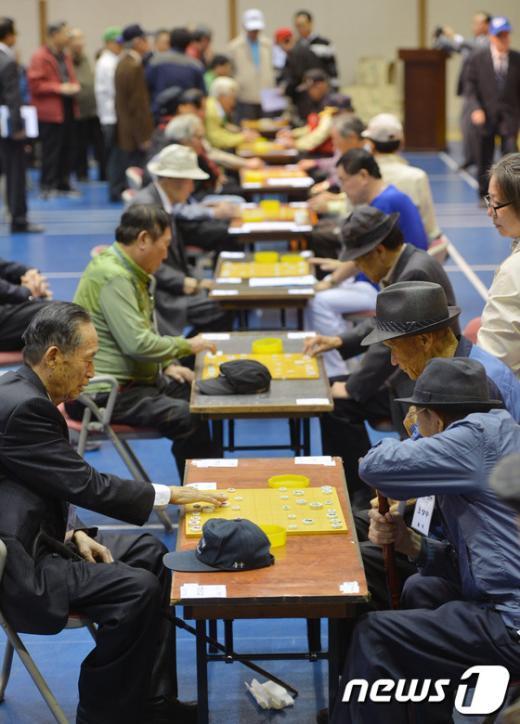 [사진]'어르신들의 열띤 장기 대국'