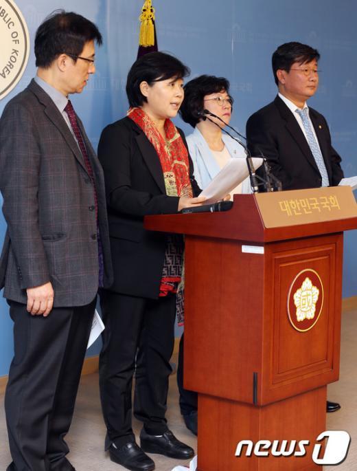 [사진]민주, '국정원 사건 외압수사, 朴대통령의 입장표명 요구'
