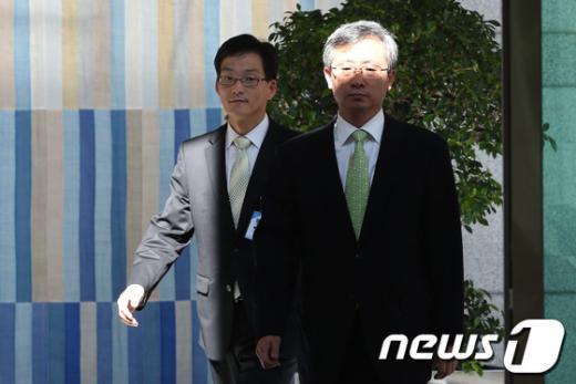 길태기 검찰총장 직무대행이 22일 서울 서초동 대검찰청에서 점심식사를 위해 청사를 나서고 있다.  News1 한재호 기자