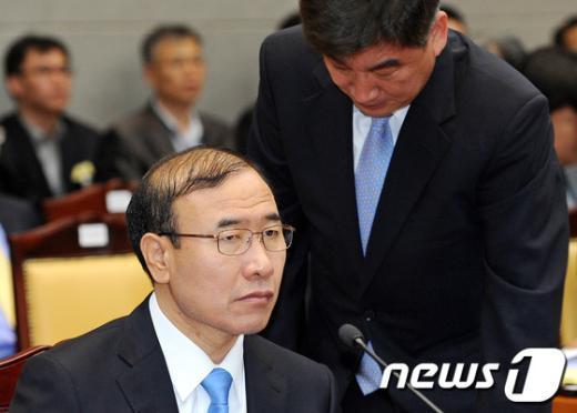 지난해 10월18일 오후 서울 서초구 대검찰청에서 열린 2012년 국회 법사위 국정감사에서 한상대 검찰총장이 최재경 중수부장과 이야기를 나누고 있다.  News1 박세연 기자