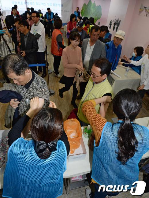 [사진]다가오는 겨울 '취약 계층 무료 독감 예방접종'