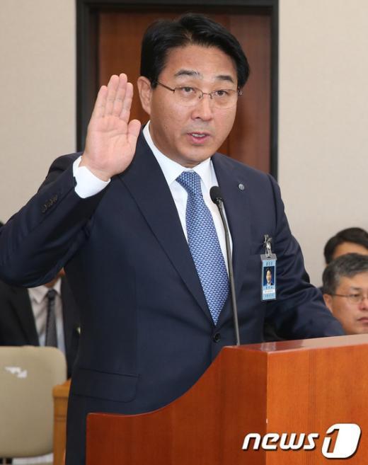 [사진][2013국감]증인 선서하는 장석효 가스공사 사장