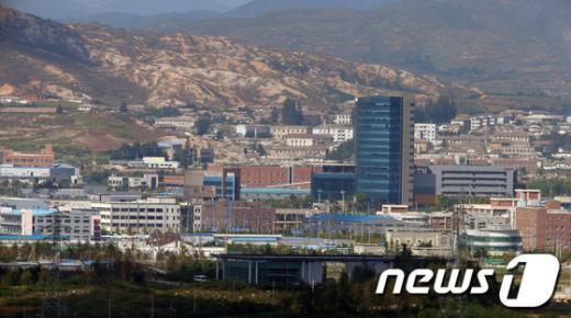 북한은 24일 국회 외교통일위원회 위원들의 개성공단 방북 신청을 수용한다고 밝혔다. 사진은 경기도 파주 도라산 전망대에서 바라본 개성공단. 2013.9.25/뉴스1  News1   한재호 기자