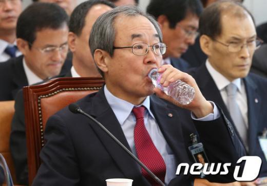[사진][2013국감]'목 타는' 서문규 석유공사 사장