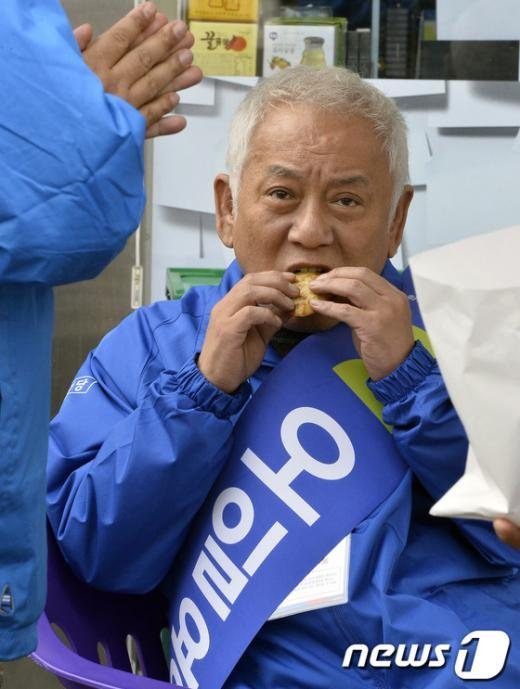 [사진]김한길 '붕어빵 맛나네'