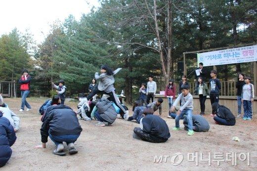 뜀뛰기 릴레이 게임을 즐기는 참가자들/사진=박정웅 기자