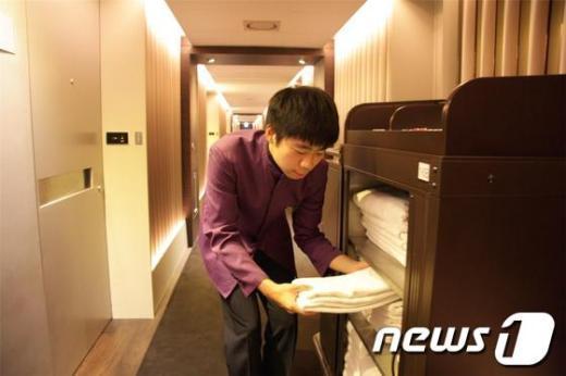 플라자호텔에서 호텔리어로 근무하는 장애인이 린넨을 정리하고 있다.(한국자애인고용공단 제공)  News1