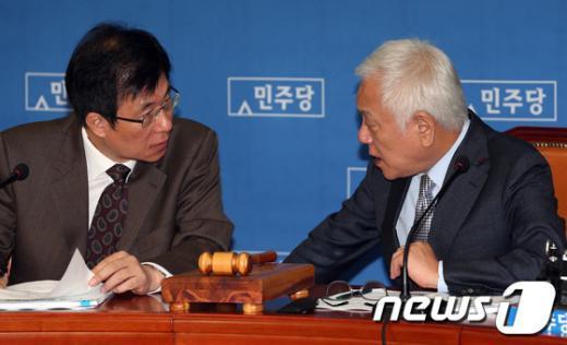 [사진]김한길-신경민 '법사위 논의'