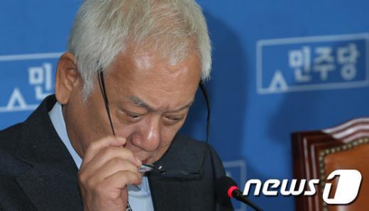 [사진]고심하는 김한길 대표