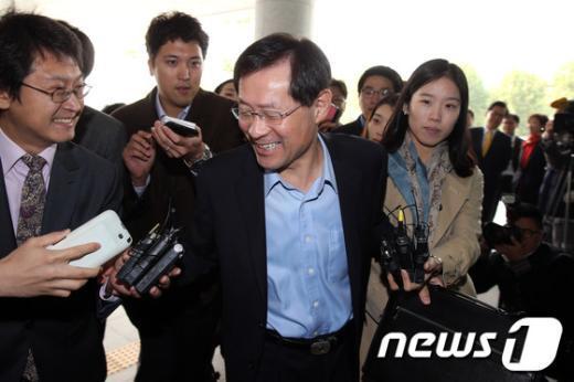 [사진]웃으며 출근하는 김진태 검찰총장 내정자