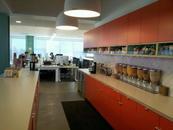에버노트에는 매층마다 작은 키친이 있다. 한국의 '신라면'도 준비돼 있다.
