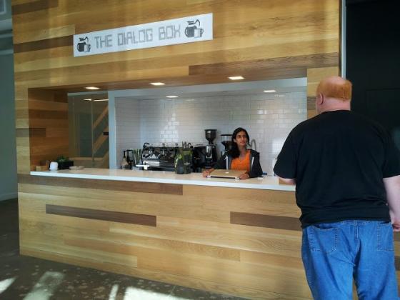 1층 로비에는 커피 박스가 있다. 매일 임직원들이 돌아가면서 서빙을 한다. 물론 필 리빈도 예외가 아니다. 커피를 만들어주면서 많은 대화가 오간다.