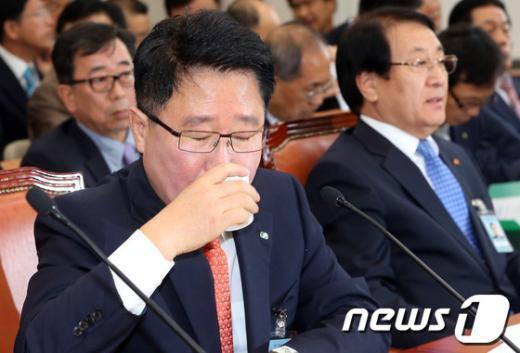 [사진][2013국감]목마른 조석 한수원 사장