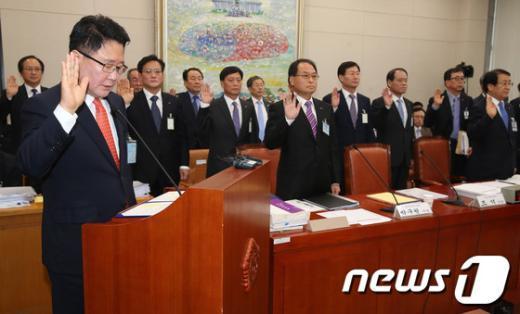 [사진][2013국감]선서하는 조석 한수원 사장