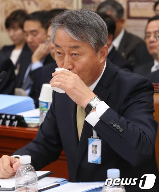 [사진][2013국감]물 마시는 신항균 서울교대 총장