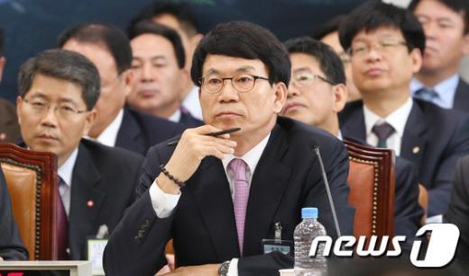 [사진][2013국감]질의 듣는 권진봉 감정원장