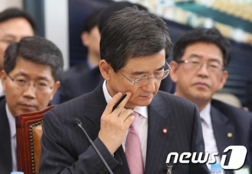 [사진][2013국감]자료보는 김선규 대한주택보증 사장