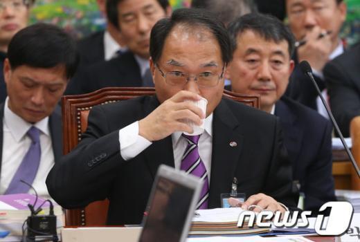 [사진][2013국감]물 마시는 박구원 한국전력기술 사장