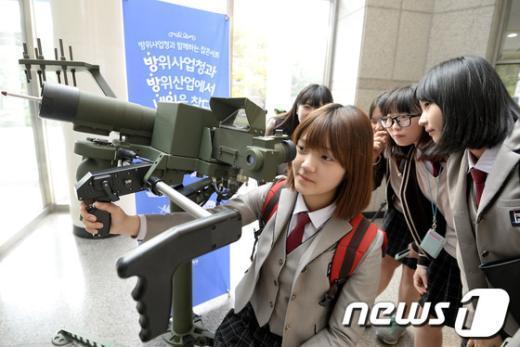 [사진]대공미사일 신궁 시연하는 고등학생들