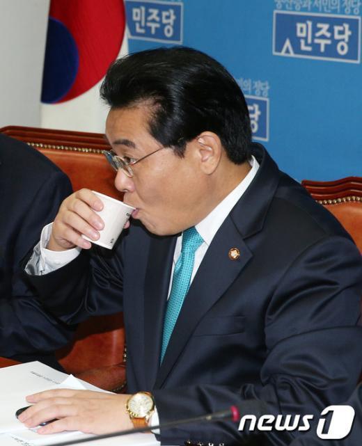 [사진]물 마시는 전병헌 원내대표