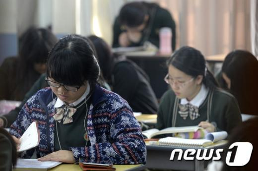 2014학년도 대학수학능력시험이 10일 앞으로 다가온 28일 오전 서울 종로구 배화여자고등학교에서 학생들이 공부에 집중하고 있다. /뉴스1 © News1 안은나 기자