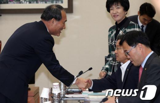 [사진][2013국감]강기정 의원과 인사하는 박승춘 처장