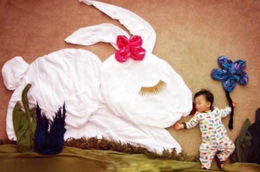 잠든 아기로 동화 장면 연출하는 예술적 상상력