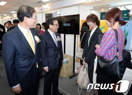 """[사진]박원순-최수현 """"취업 성공하세요"""""""