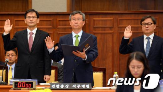 [사진][2013국감]국감 증인선서하는 길태기 대검 차장