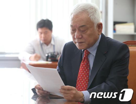 [사진]자료보는 김한길 대표