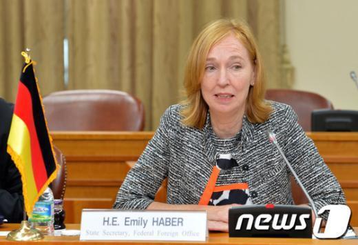 [사진]에밀리 하버 사무차관의 모두발언