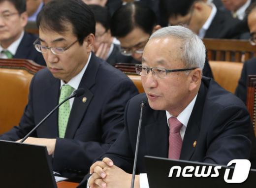 [사진][2013국감]답변하는 현오석 경제부총리