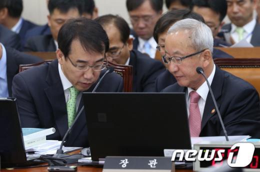 [사진][2013국감] 현오석-이석준 '답변 논의'