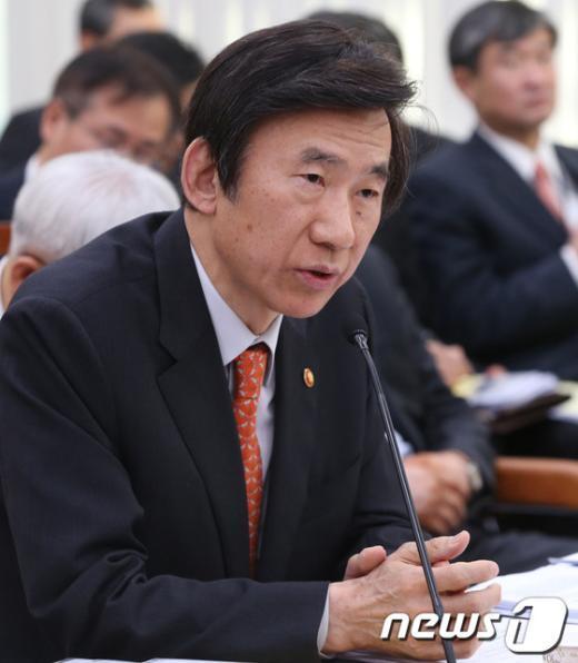 [사진][2013국감]답변하는 윤병세 장관