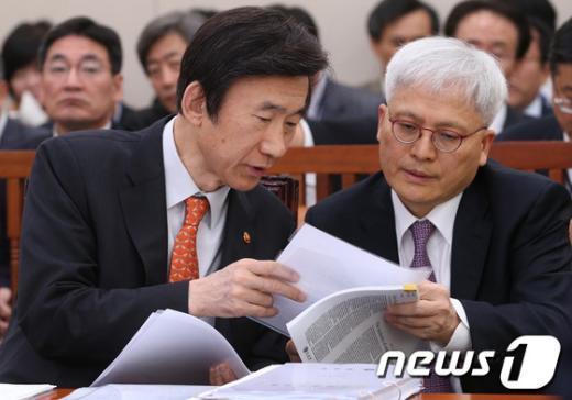 [사진][2013국감]국감 답변준비하는 윤병세 장관