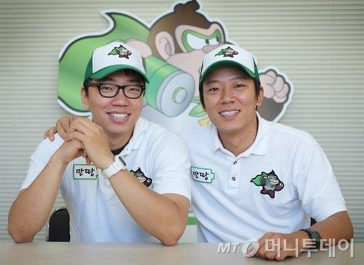 최혁재 마이쿤 대표(오른쪽)와 최혁준 부대표 형제. 이들 형제는 기존에 다니던 대기업을 그만두고 올해 5월 휴대폰 배터리 공유경제 서비스 '만땅'을 통해 창업에 나섰다.
