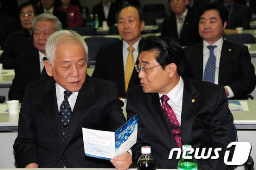 [사진]논의하는 민주당 대표와 원내대표