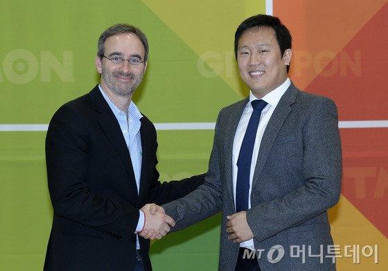 (서울=뉴스1) 박지혜 기자 소셜커머스 그루폰 CEO 에릭 레프코프스키(왼쪽)와 티몬 신현성 사장이 12일 오전 서울 삼성동 코엑스에서 열린 긴급 기자간담회에서 악수를 나누고 있다.