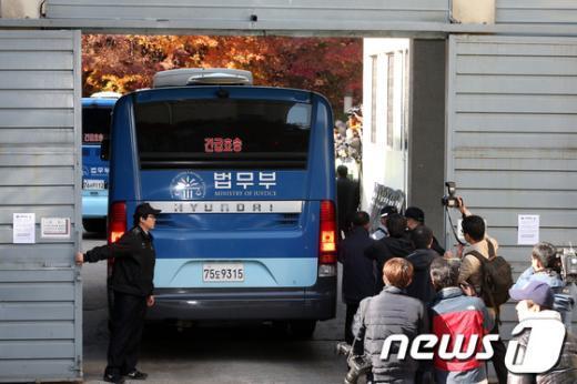 [사진]수원지법 도착한 이석기 호송차량