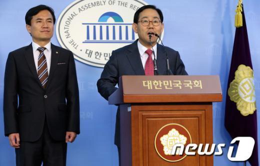 [사진]주호영-김진태, 국회선진화법 회의 브리핑