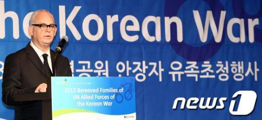 [사진]UN기념공원 안장자 유족 답사