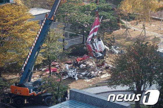 16일 오전 서울 삼성동 아이파크 아파트에 발생한 민간 헬리콥터가 충돌사고 현장. 이 사고로 기장 1명과 부기장 1명이 사망했다. 2013.11.16/뉴스1 © News1 유승관 기자
