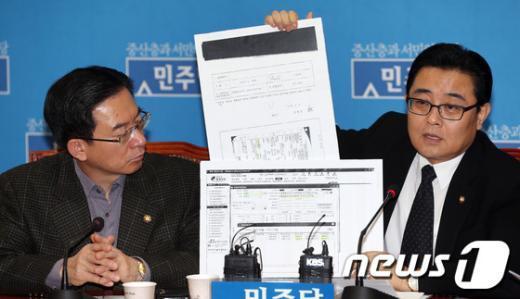 """[사진]민주 """"문 후보자, 유흥업소 카드 결제"""" 사퇴 촉구"""