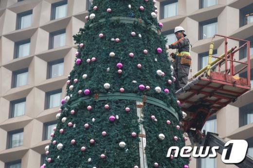 [사진]대형 크리스마스 트리 준비 '바쁘다 바빠'